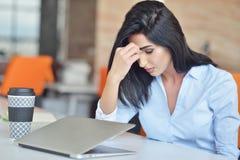 Ung upptagen härlig latinsk spänning för lidande för affärskvinna som arbetar på kontorsdatoren Royaltyfria Bilder