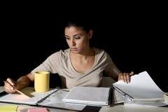 Ung upptagen härlig spansk flicka som hemma studerar sent - natt Royaltyfri Bild