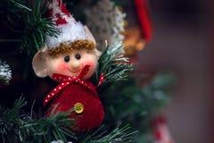Ung ursnygg kvinna som julälva på guld- bakgrund med den tomma snirkeln Royaltyfria Bilder