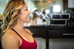 Ung ursnygg kvinna som ler på salongen arkivfoton