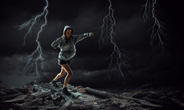 Ung utomhus- boxarekvinna Blandat massmedia Royaltyfri Fotografi