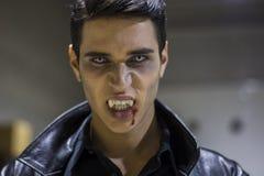 Ung vampyrmanframsida med blod på hans mun Royaltyfri Bild
