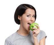 Ung vegetarisk lady med det gröna äpplet royaltyfri foto