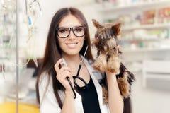 Ung veterinär Female Doctor med den gulliga hunden arkivbild