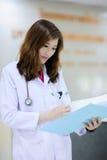 Ung veterinär på sjukhuset Arkivbilder