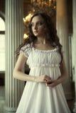Ung victorianlady i den vita klänningen Royaltyfria Bilder