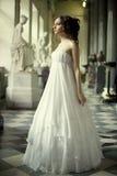 Ung victorianlady i den vita klänningen Royaltyfri Bild