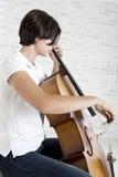 Ung violoncellspelare Arkivfoto