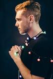 Ung vit stilig man, profil, mörk bakgrund Fotografering för Bildbyråer