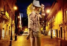 Ung välformad flicka som går mot nattklubben Arkivfoto