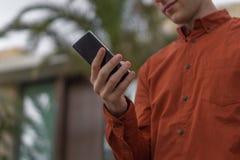 Ung vuxen användande mobiltelefon Arkivfoton