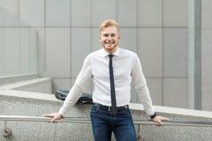 Ung vuxen framgångaffärsman för lycka och att se kameran och toothy leende Royaltyfri Foto