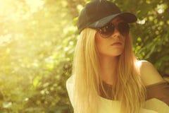 Ung vuxen kvinna i solglasögon Royaltyfri Fotografi