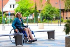 Ung vuxen kvinna på rullstolen på gatan Fotografering för Bildbyråer