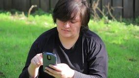 Ung vuxen kvinnlig på hennes telefon arkivfilmer