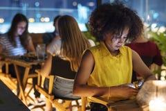 Ung vuxen människa på ett matställedatum genom att använda en smartphoneböjelseconcep royaltyfri bild