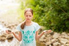 Ung yogaflicka som mediterar på soluppgång Arkivfoton