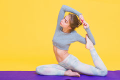 Ung yoginikvinnasträckning Royaltyfria Foton
