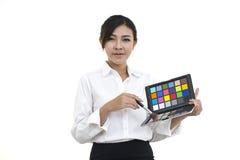 Ung yrkesmässig affärskvinna som applicerar makeupskönhetsmedel arkivbild