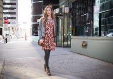 Ung yrkesmässig Caucasian kvinna som går på stadsgatan royaltyfri bild