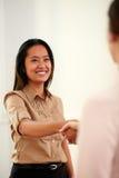 Ung yrkesmässig dam som ger att hälsa för händer royaltyfri fotografi