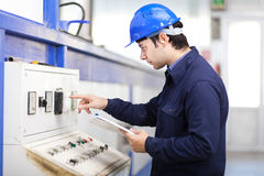 Ung yrkesmässig elektriker på arbete arkivfoto