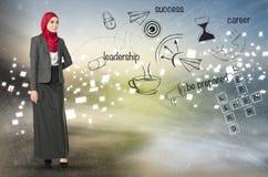 Ung yrkesmässig entreprenör som står över abstrakt bakgrund med symboler Arkivfoton