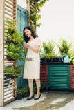 Ung yrkesmässig kvinna i nagelsax för buske för förklädesnittgräsplan i Royaltyfri Fotografi