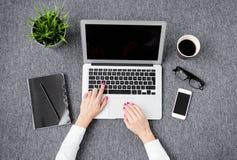 Ung yrkesmässig kvinna som arbetar med datoren Arkivfoto
