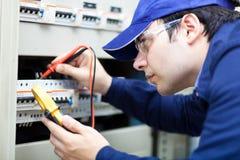 Ung yrkesmässig elektriker på arbete Arkivbild