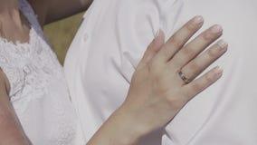 Unga älska händer, krama och kyssa för parinnehav stock video