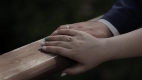 Unga älska händer, krama och kyssa för parinnehav lager videofilmer