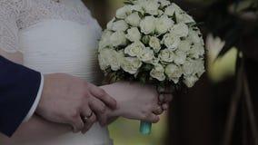 Unga älska händer, krama och kyssa för parinnehav arkivfilmer