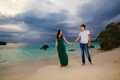 Unga älska par på den tropiska stranden royaltyfri bild