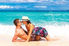 Unga älska par som har gyckel i den tropiska stranden Royaltyfri Fotografi