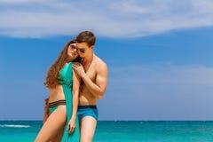 Unga älska par som har gyckel på den tropiska stranden Sommarvacatio Royaltyfri Bild