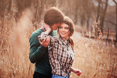 Unga älska par som har gyckel på gå i landsfält Arkivfoton