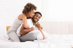 Unga älska par som har romantiska tider i sovrum royaltyfri foto