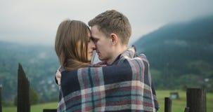 Unga älskvärda par i Carpathian berg Romantiskt datera eller lovestory på den regniga dimmiga dagen _ 4K stock video