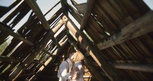 Unga älskvärda par i Carpathian berg Romantiskt datera eller lovestory på den soliga dagen _ 4K stock video