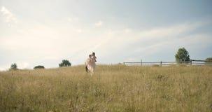 Unga älskvärda par i Carpathian berg Romantiskt datera eller lovestory på den soliga dagen _ 4K lager videofilmer