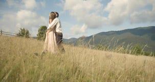 Unga älskvärda par i Carpathian berg Romantiskt datera eller lovestory på den soliga dagen _ 4K arkivfilmer