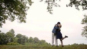 Unga älskvärda par i parkerar i sommar Romantiskt datera eller lovestory arkivfilmer