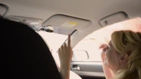 Unga älskvärda par som kör i bil Ha roligt och att dansa stock video