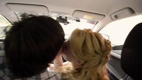 Unga älskvärda par som kör i bil Ha roligt och att dansa lager videofilmer