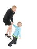 Den unga affärskvinnan som by talar, ringer och henne sonen över vitbakgrund Royaltyfri Fotografi