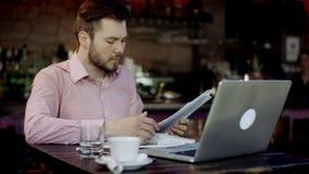 Unga affärsmän arbetar i en stång arkivfilmer
