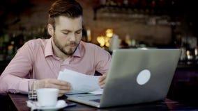 Unga affärsmän arbetar i en stång stock video
