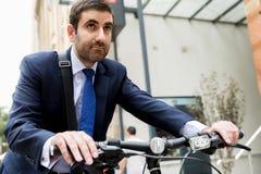 Unga affärsmän med en cykel Arkivfoton