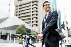 Unga affärsmän med en cykel Royaltyfri Bild